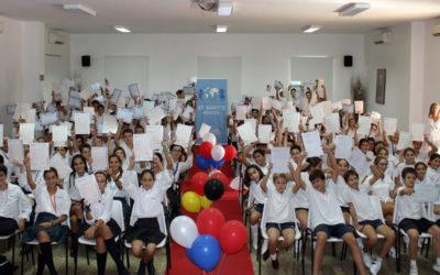 302 alumnos de St. Mary's School reciben el reconocimiento al multilingüismo.